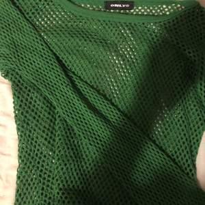 Mörkgrön nät tröja från only. One size, passar S-M-liten L. Hund och katt finns i hemmet.