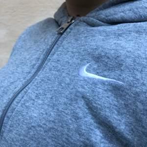 Snygg, bra skick, passar med grå mjukisar eller jeans. XL i barnstorlek men passar som S👍