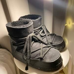Säljer mina favoritvinter skor då jag inte fått så mycket användning för de, och ska köpa ett par andra! Skriv privat för fler bilder, de är i mycket bra skick! Pris kan diskuteras vid snabbt köp. Köpte för ca 2900kr på inuikkis hemsida 2019