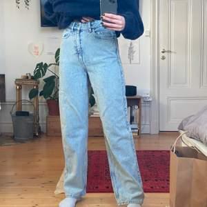 Kom och köp!! Världens finaste acid wash jeans från Weekday. Sparsamt använda då de är lite för små för mig. Men passformen är ju otrolig och de är i utmärkt skick. Jag är 164 cm!! Skriv om ni undrar något!👖👖👖