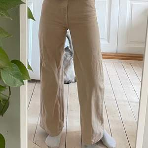 Jättesnygga jeans i modellen ACE från Weekday i storlek W 26 L 30 (motsvarar ungefär en storlek S, jag är 167 cm). Jag upplever inte att jag passar så bra i beige så det är därför jag säljer dem. Använts kanske 5 gånger totalt så väldigt fint skick. Köparen står för frakten som tillkommer 💖