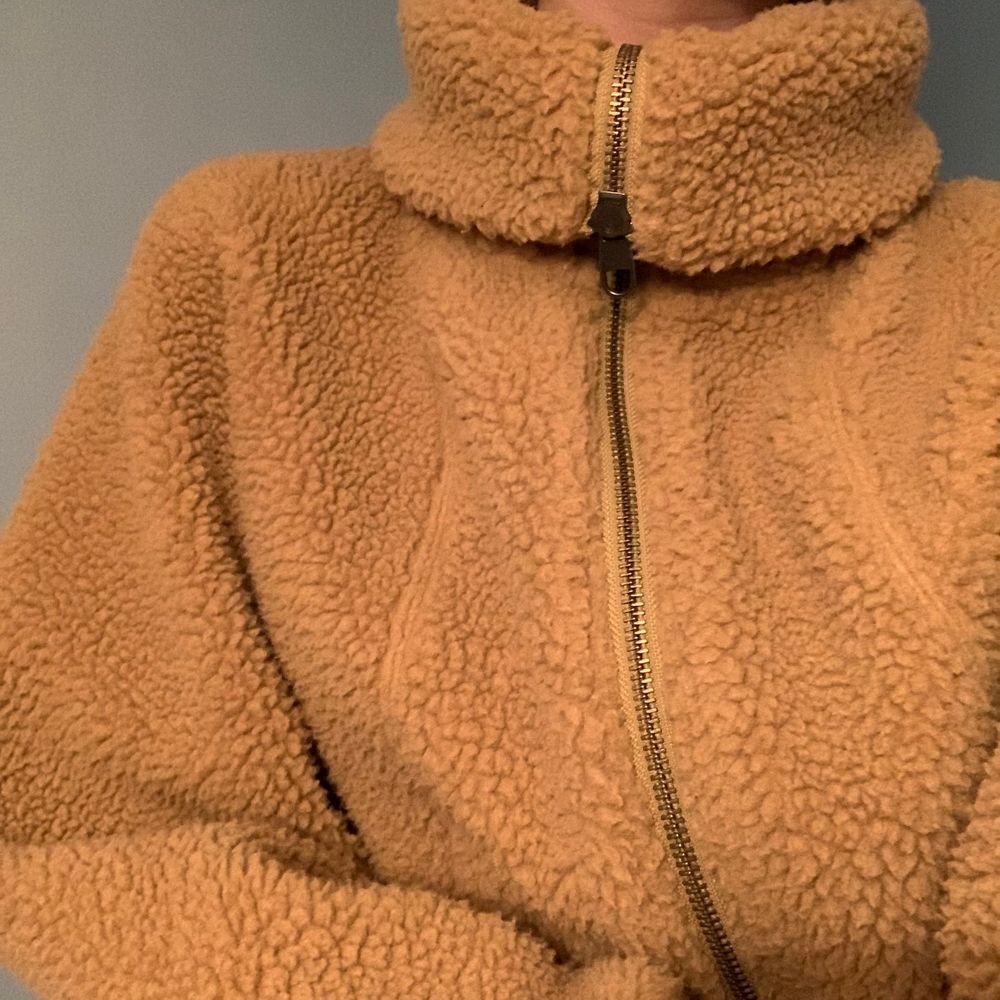 Mysig och varm teddyjacka från Uniqlo! Kragen kan vikas för att ge en polokrage/turtleneck. Sparsamt använd, bra skick! ⭐️. Jackor.