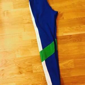 Snygga träningstights från Stella McCartneys kollektion för Adidas. Har endast använts en gång kort stund (ej för träning) därav i nyskick.