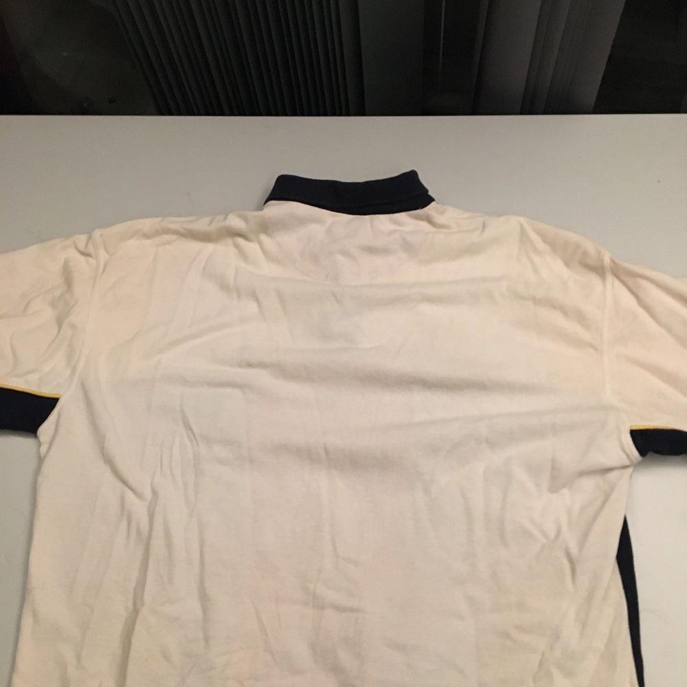 En fin tröja från 90-talet. Den har en krage också. Den är väl använd och i storlek L-XL. Men den passar M också beror på hur man vill att den skall sitta! Frakten tillkommer! 💕. Huvtröjor & Träningströjor.