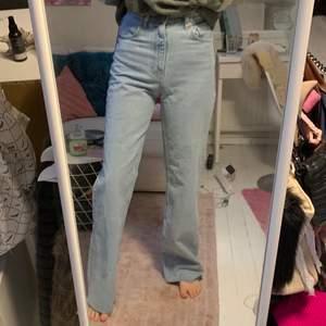 Säljer dessa HELT oanvända jeans från Zara. De är i storlek 36