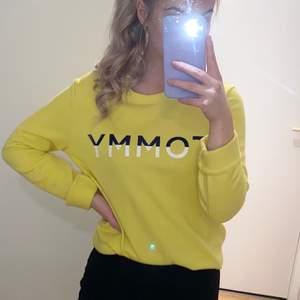 Supersnygg gul tröja från tommy hilfiger! Frakt tillkommer.
