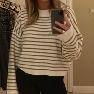säljer denna mysiga stickade tröja från NAKD, storlek XL men sitter pösigt på mig som är 170cm. 🤍