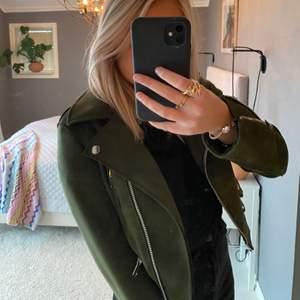 Supersnygg mörkgrön jacka från Zara i mocka. Storlek XS men passar som S också 💕💕