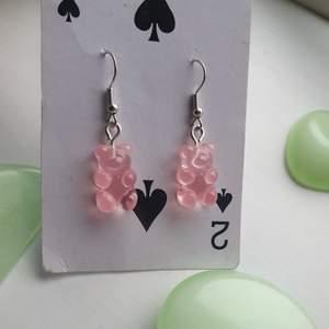 gör dessa supersöta örhängena av små rosa gummibjörnar. NICKELFRIA! säljer matchande halsband, hör av er vid funderingar eller intresse♡♡♡