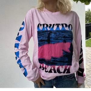 Rosa tröja med coola tryck köpt från carlings men är från märket homebound. Storlek L men snyggt oversized på mindre. Knappt använd. 100kr exklusive frakt