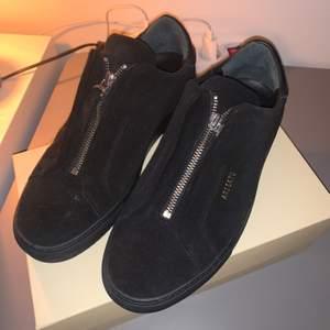 Säljer mina Axel Arigato skor i storlek 40 det är modellen (clean 90 zip) dem är aldrig använda så är i nyskick, fler bilder finns om det önskas, nypris 1800 kr