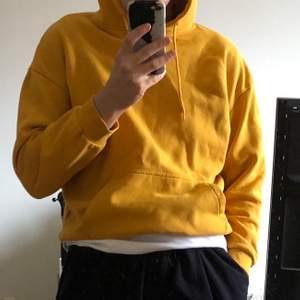 en sååå fin senapsgul hoodie från your turn som bara har hängt i garderoben :( den är i storlek s men sitter otroligt bra tycker jag ✨ kan såklart skickas om köparen står för frakten ✨