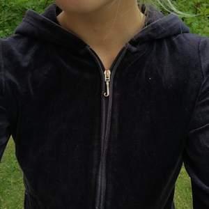 """Världens finaste velour hoodie från juicy couture, äkta såklart! Inhandlad på NK för några år sedan! Det står """"choose juicy"""" på ryggen💜"""
