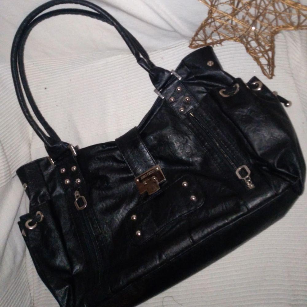 Säljer denna praktiska och gamla väska från Jimmy Choo med 10 platser att sätta saker i (mer bilden i dm😊) ✨  Rymmer en 13