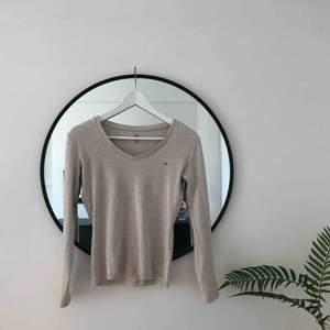 Tommy Hilfiger tröja i GUDOMLIGT skönt tyg, känns exakt som kaschmirtyg. Beige och helt i nyskick. 🌞🌿