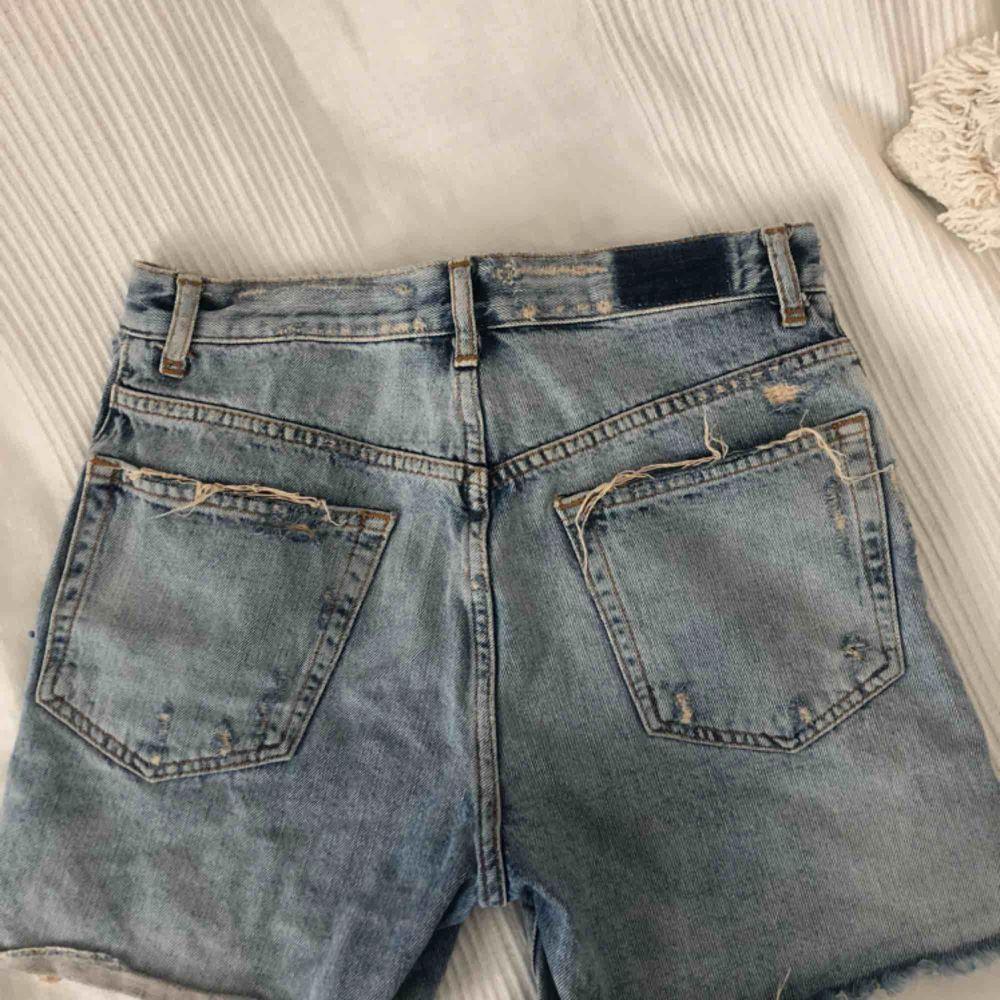 Jättefina jeans shorts med slitningar som tyvärr blivit för små för mig, sparsamt använda. . Shorts.