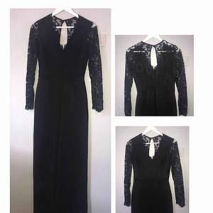 En helt oanvänd jumpsuit svart från Nelly, den är stor i storleken, säljs pga för stor, skulle passa S/M.            NYPRIS 500kr, frakt tillkommer💓