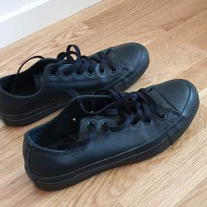Leather converse shoes, not too used as I became a vegan some time ago and I'm selling my leather goods. They're in great condition, let me know if you'd like to see more pictures. 👍