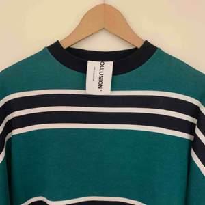 Sjukt fin sweatshirt (grön/mörkblå) från ASOS som dessvärre inte kommer till användning utan skavanker (i princip ny). Tröjan är lite oversized.  Ärmarna ser ut precis som kragen. Unik samt snygg modell.