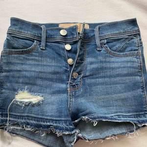 Super snygga högmidjade shorts från Hollister! Stretchiga! Storlek w23. Möts upp i Stockholm eller fraktas! 🌈
