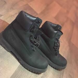 säljer mina timberland skor som är väldigt lite använda och är i super fint skick. säljer de pga att jag inte använder dom.