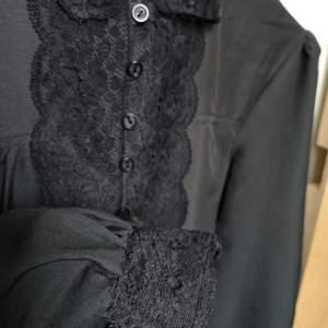 Vintage svart blus med broderier. Storlek ungefär motsvarande medium.