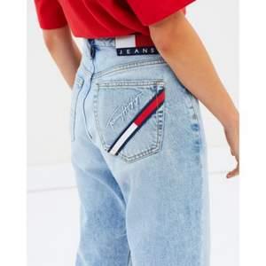 Söker dessa jeans från tommy jeans i storlek 24 eller 25.🙏