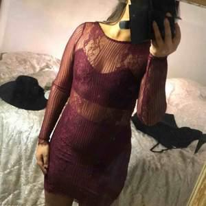 Vinröd spetsklänning köpt från bikbok i storlek S/M Använd en gång på nyår, skick:9/10