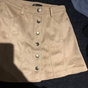 Väldigt snygg mocka imiterad kjol, ljus beige. Storlek S eller M. Liknar den populära från Gina Tricot rätt så mycket