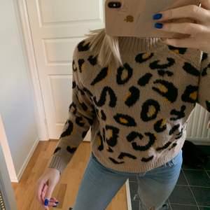 Väldigt fin tröja med leopard mönster och gula detaljer💓💓💓