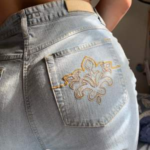 Så snygga jeans med jättefina detaljer på bakfickorna! De är ganska stretchy och väldigt mjuka och sköna. Storlek M-L. Frakt inkluderat!