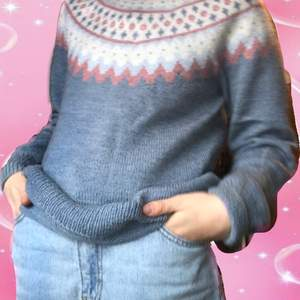 Stickad tröja i pastell-färger! Köpte på secondhand för några år sen och den har ingen lapp på, så jag tror den är handgjord. Den ser ganska grå ut på bild men är mer blå irl. Skulle nog säga strl M/S