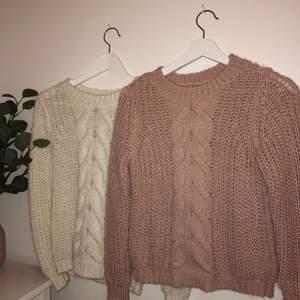 Säljer två fina stickade tröjor som har lite glitter linjer insytt✨det är så gosiga och är perfekta till vinter och hösten💕 Kolla bild 2 och 3 för bättre resultat av färg✨De är köpta på en fin butik i polen som heter mohito💕 båda för 350 annars 1 för 150