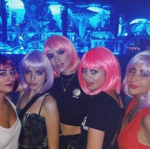 Sjukt cool rosa peruk perfekt till halloween eller maskerad, aldrig använd bara testad och är helt som ny💗 första bilden är exempel på användning