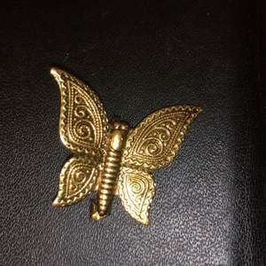 Jätte söt fjäril pin som man kan sätta på kläder eller varför inte  på väskan. Ca 2 cm kanske. Frakt 12kr