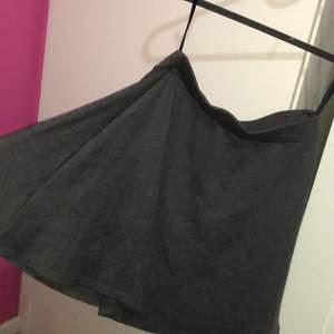 Kort grå kjol, använts bara 1 gång! Jätte fin