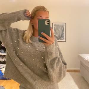 Sjukt fin och skön stickad tröja med fina detaljer på. Säljer då den inte kommer till användning. I storlek S men passar även mindre och större, beror på hur man vill att den ska sitta. Säljer för 180kr + frakt!!