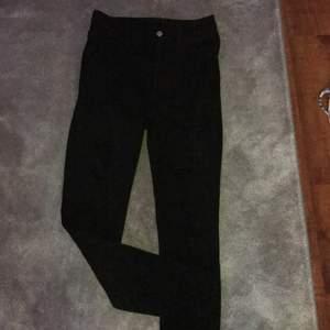 Svarta Jeans med hål från HM divided. Använda max 4 gånger, inga skador. Dom kommer aldrig till användning så därför säljer jag dom!