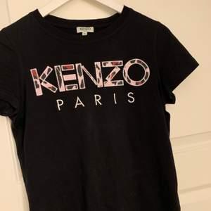 Säljer min Kenzo T-shirt. Den är äkta! Säljer den pga att den är för liten. Köparen står för frakten! Pris kan diskuteras!🤍