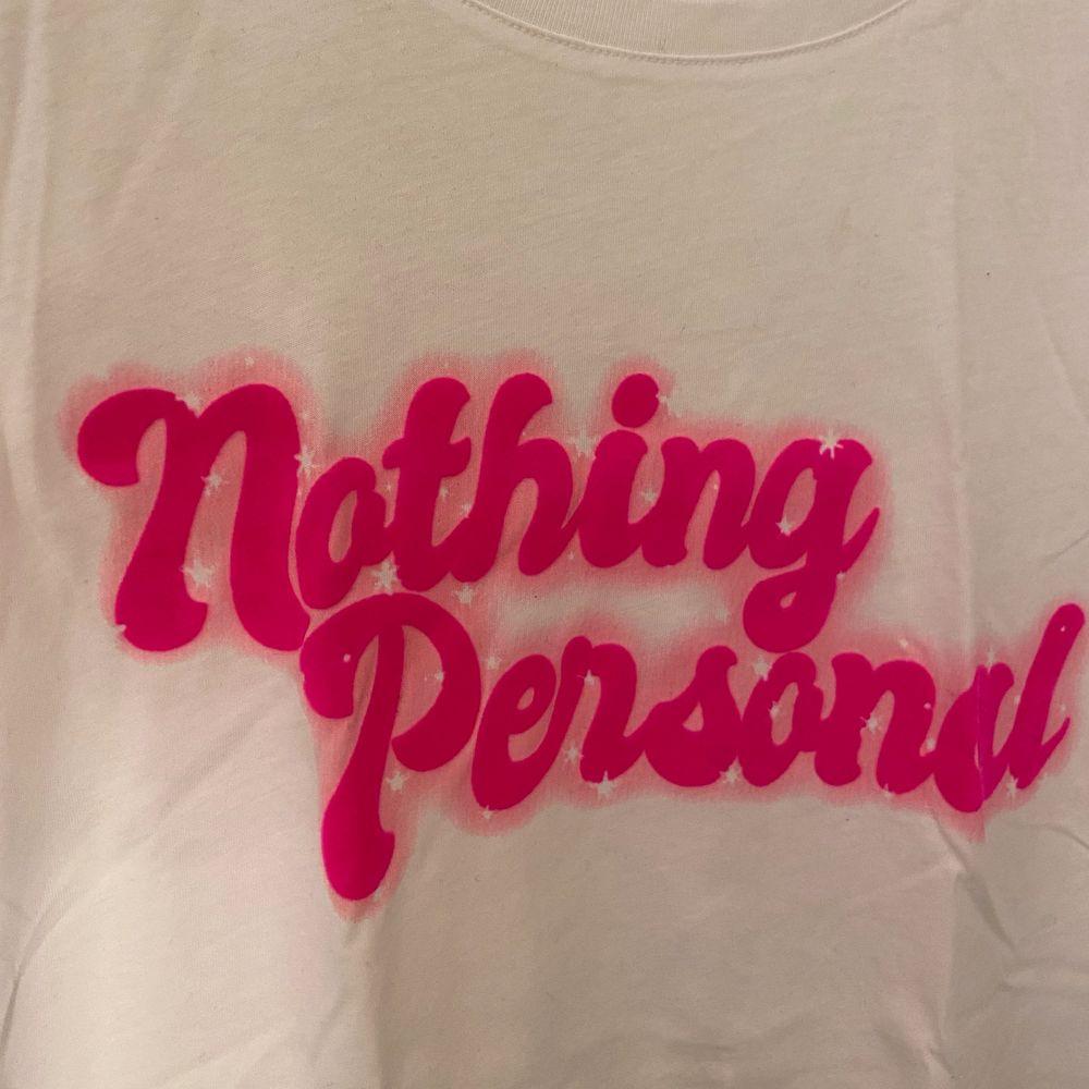 Fin t-shirt från Gina Tricot som är oanvänd. Storlek xs. . T-shirts.
