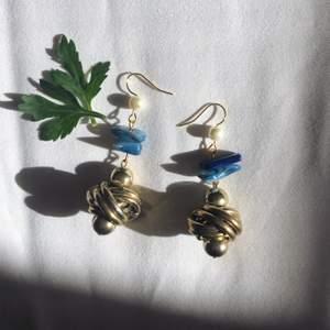Örhängen gjorda av återanvända gamla smycken, miljövänligt och gör smyckena unika och finns enbart en av sitt slag 🤍