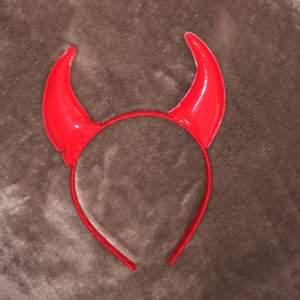 Helt nya och oanvända djävulshorn till exempelvis halloween/maskerad. Materialet på själva hornen är glansigt/vinyl.