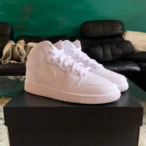 Hej! Säljer några sjukt fräscha par Jordan 1 Mid 'Triple White'! Tillgängliga storlekar: 35.5, 39 & 40. Alla par är äkta och helt oanvända, låda medföljer. Kan frakta eller möta upp! Jag har ETT par per storlek, pris är 999/par (!!!!!!) Först till kvarn!!!