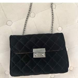Säljer en väska som är köpt här på Plick❤️den kom tyvärr inte till användning och säljer nu vidare den. Säljer den för 100kr❤️ (frakt ingår i detta pris)