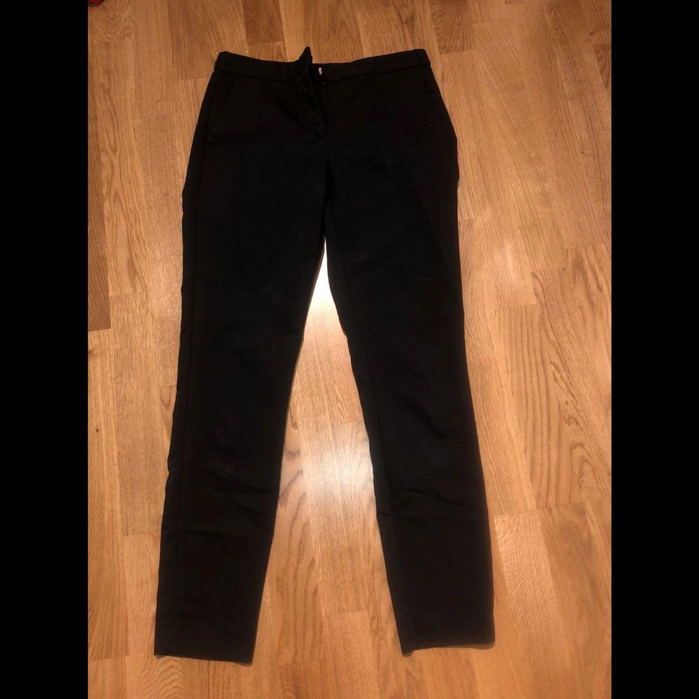 Snygga bekväma kostymbyxor ifrån zara. Helsvarta i storlek S. . Jeans & Byxor.
