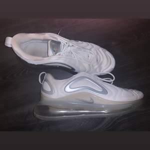Väldigt fina Nike 720 skor i bra skick, köpta för 1 300 och har används mycket som gym skor.