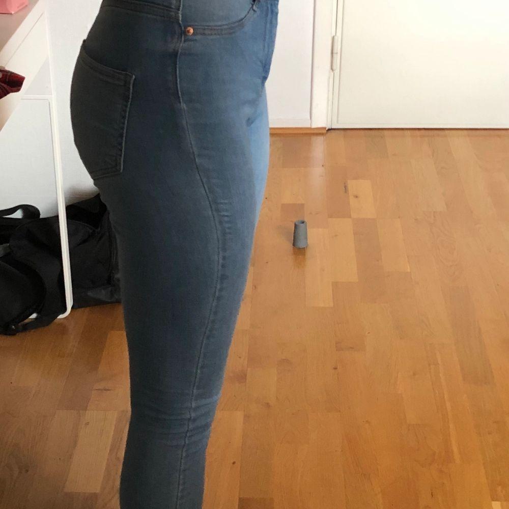 Superfina blåa jeans från Gina tricot i modellen Molly, köpta för ungefär 2 år sen och är använda ett fåtal gånger men mycket bra skick! Tillkommer frakt på 63kr! Skriv för fler frågor💕💕. Jeans & Byxor.