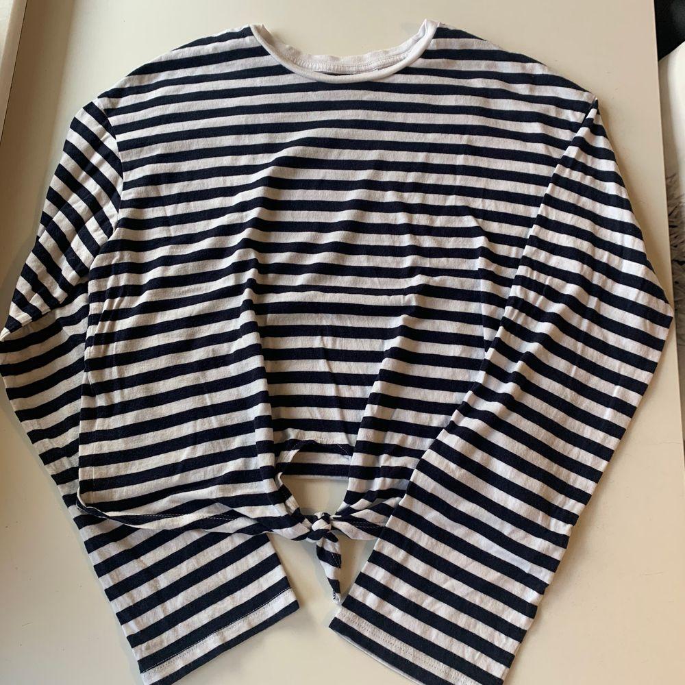 Budgivning i kommentarerna, från 50kr, frakt ingår ej. Jag säljer en blå och vit randig långärmad tröja med långa vida armar och knut fram till i st XS från H&M. Fint skick, super skön. Swipe för fler bilder.. Toppar.