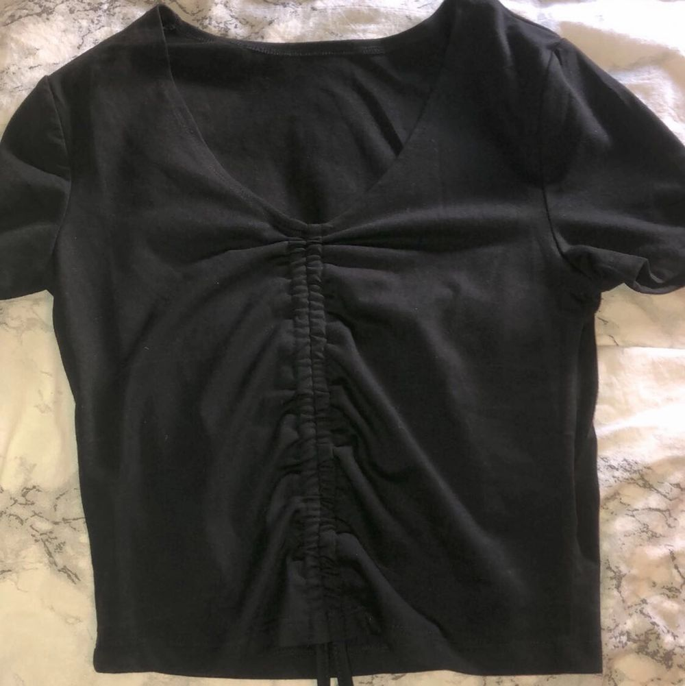 Svart tröja med dragsko från SHEIN, oanvänd, köparen står för frakten . Toppar.