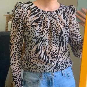 Halvtransparent topp med leopardmönster av sammet och puffärmar! I armhålorna kan en liten missfärgning uppfattas visat på bild 3, men som visat på bild 2 så syns det inte när den är på. Men därav billigt pris! frakt 42 ✨